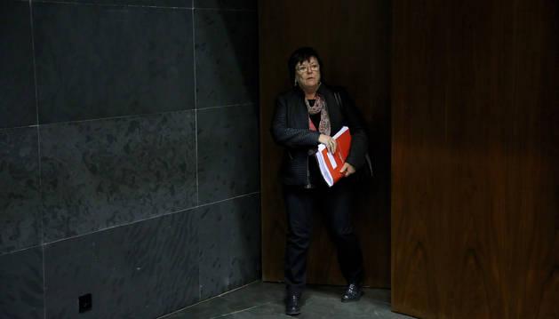 La consejera de Interior, María José Beaumont, entra en el salón de plenos del Parlamento.