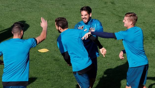 Isco, Nacho y Kross, en el entrenamiento de este lunes del Real Madrid.