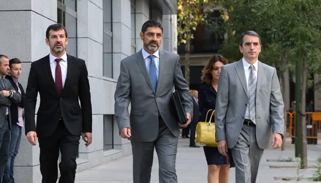 Foto del mayor de los Mossos d'Esquadra, Josep Lluís Trapero (c), a su llegada hoy a la Audiencia Nacional para declarar como imputado de sedición.