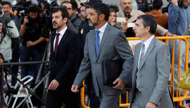 Foto del mayor de los Mossos d'Esquadra, Josep Lluís Trapero (c), a su llegada hoy a la Audiencia Nacional.