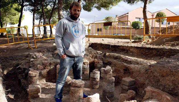 Aitor Alzueta Chivite posa junto a los restos el hipocausto de la villa romana de Ribaforada antes de que se taparan para protegerlos.