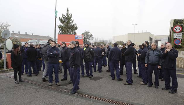 Miembros del comité y la plantilla de TRW ante el acceso principal de la fábrica de Landaben.