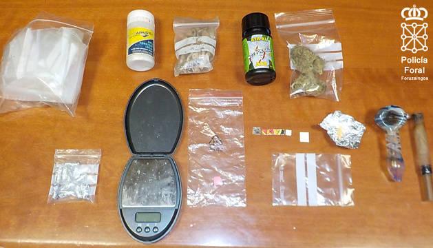 Parte de las drogas decomisadas en el vehículo