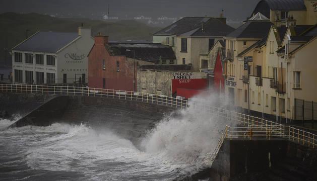 El huracán 'Ophelia' llega a Irlanda con ráfagas de viento de más de 170 kilómetros por hora.