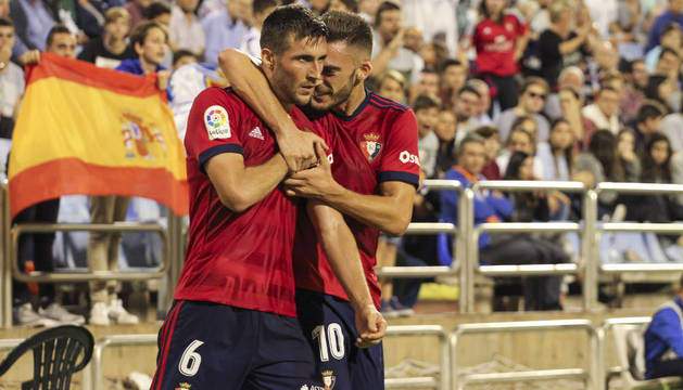 Roberto Torres abraza a Oier tras marcar el gol del empate en la Romareda