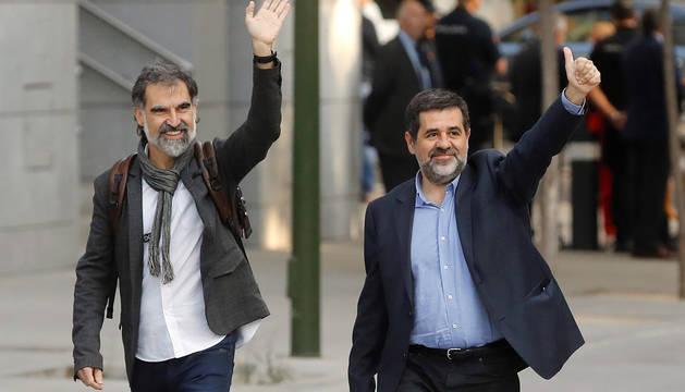 Jordi Sánchez y Jordi Cuixart, a la entrada de los juzgados.