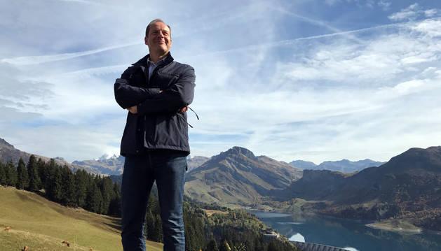 El director del Tour de France, Christian Prudhomme, posa en el Col des Glieres de los Alpes