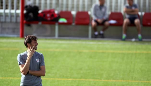 El técnico navarro 'Cuco' Ziganda durante un entrenamiento con el Athletic