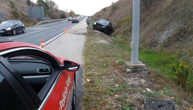 Imagen del accidente de tráfico ocurrido en la mañana de este martes en la Ronda de Pamplona (PA30), con un herido leve que ha tenido que ser trasladado a Urgencias.