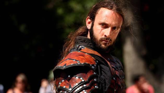 Guillem Fernàndez-Valls, caracterizado para un espectáculo en vivo de la compañía catalana Drakonia, en la que trabaja como maestro de armas y coreógrafo de combate.