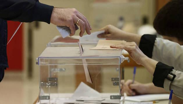 Imagen de una persona deposita el voto en las elecciones forales de 2015.