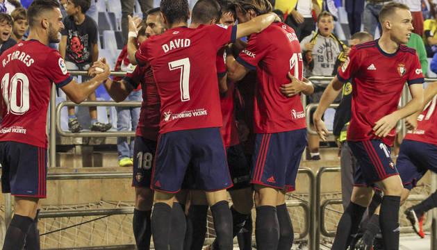 Los jugadores de Osasuna celebran el gol de Oier en la Romareda