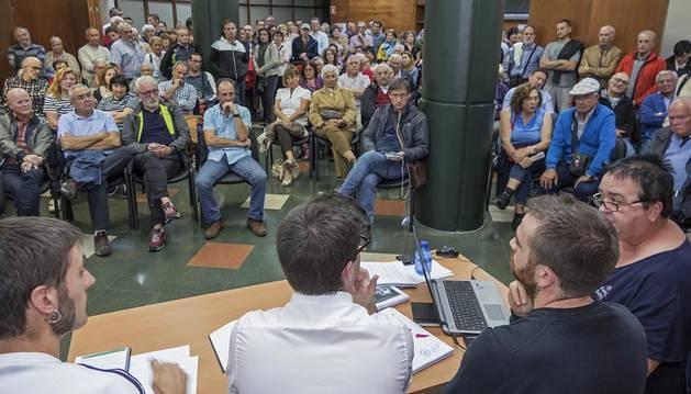 Un momento de la asamblea,  con los ediles Unai Errazquin y Pablo Ezcurra, además de los técnicos de Tracasa, María Jesús Perfecto y Jesús Valencia,  que informaron a los vecinos en un salón abarrotado.