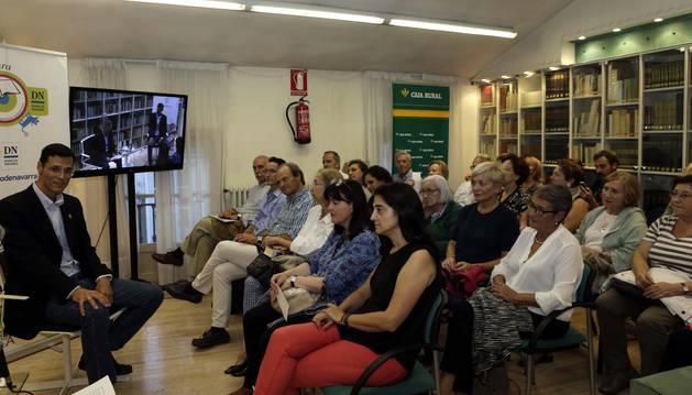 Marcos Chicot en el club de lectura de Diario de Navarra