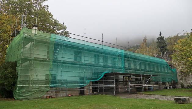 Imagen que muestra estos días el edificio de acceso al Monasterio de Iranzu, una construcción de planta baja más un piso superior.