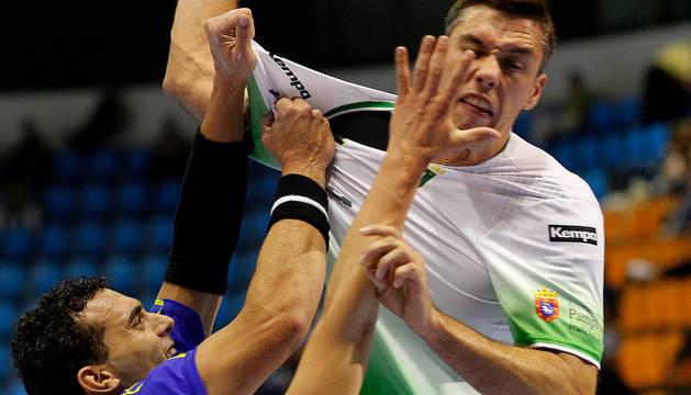 El lateral izquierdo del Helvetia Anaitasuna, Mikel Aguirrezabalaga, sufre molestias en la mano derecha.