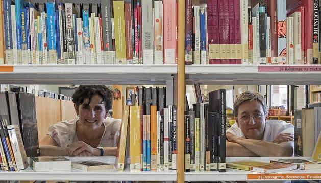 Ana Amestoy, la bibliotecaria de Mendavia (izquierda), y Lucía Cordovín, tesorera de Leer Juntos, posando.