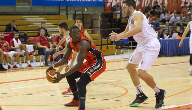 El pívot del Basket Navarra, Koné Moussa, protege el balón ante Matagrano del Real Murcia.