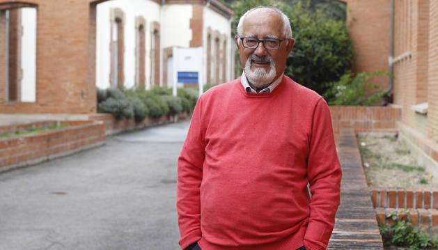 Jesús Elso Tartas posa en el exterior de la antigua Maternidad del Hospital de Navarra, donde inició su carrera de casi 40 años en el servicio de Pediatría del CHN.