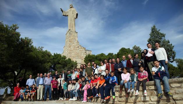 Imagen de asistentes a la jornada posando juntos delante del monumento del Corazón de Jesús de Tudela.