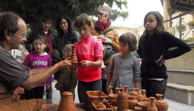 Los niños hicieron con sus manos un recipiente de barro en el taller de cerámica.
