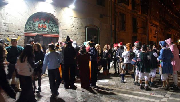 Imagen de un grupo de gente disfrutando de una Nochevieja en Pamplona.