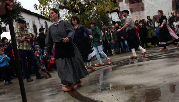 Arizkun celebra el día en honor a la sidra el 'Kirikoketa Eguna'. La palabra