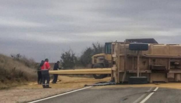 Imagen del camión tras volcar en la N-115.