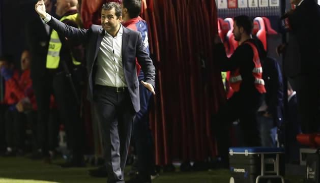 Diego Martínez dando instrucciones en el partido