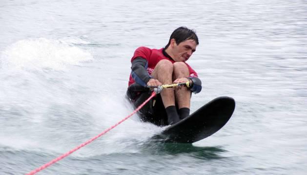 Mikel Bidaurre Barandalla, de 34 años, quedó  en silla de ruedas tras un accidente de moto en 2008. Desde entonces, su vida es un constante reto: esquí, surf, piragüismo, buceo, natación...