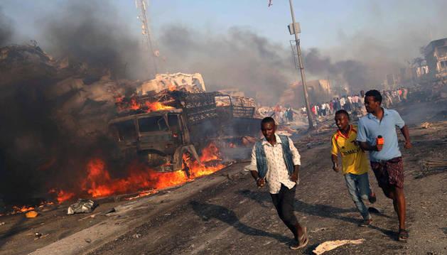 Evacúan a civiles tras la explosión de la semana pasada en Mogadiscio (Somalia).