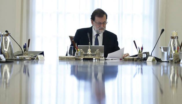 Imagen del presidente del Gobierno, Mariano Rajoy, en el Consejo de Ministros extraordinario.
