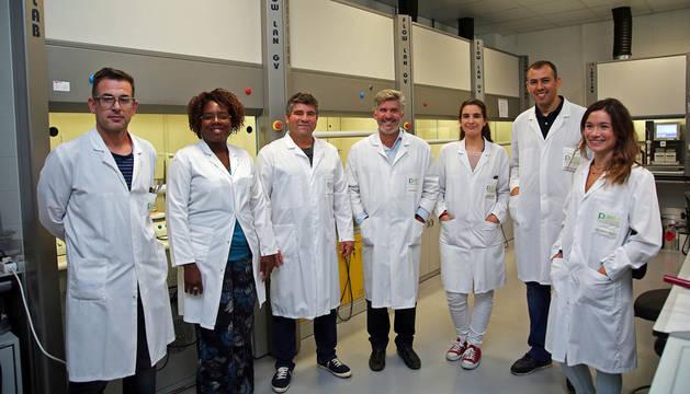 Imagen del equipo de Palobiofarma en su laboratorio de Cein, en Noáin. El tercero por la izquierda es Juan Camacho. Junto a él, Julio Castro.