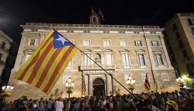 Imagen de ciudadanos delante del Palau de la Generalitat tras el anuncio de Rajoy de la aplicación del artículo 155.