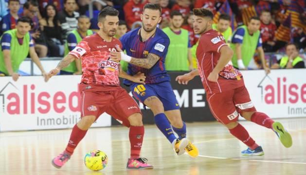 Álex, de ElPozo Murcia, controla el balón bajo la presión de Rivillos