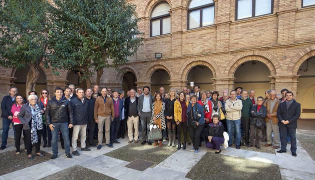 Las autoridades, ponentes y asistentes al XIII Seminario de las Dos Navarras que tuvo lugar durante la jornada de ayer en Tudela.