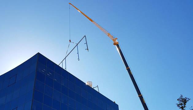foto de la Grúa de gran tonelaje que ha subido los componentes de la instalación a la azotea del edificio.