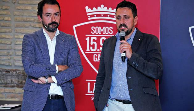 El candidato a la presidencia de Osasuna Juanra Lafón junto a Álex Aranzábal
