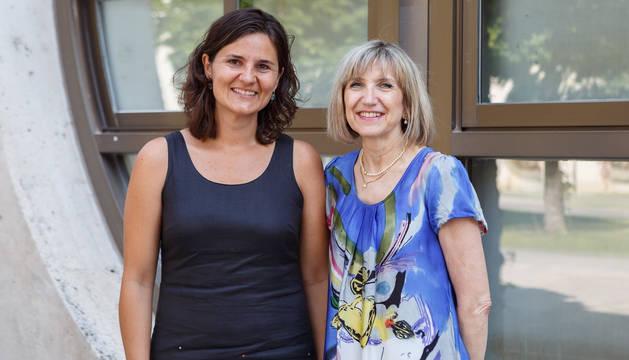 Las investigadoras Raquel Sáenz (izq.) e Inés Gabari, autoras del estudio, en la UPNA.