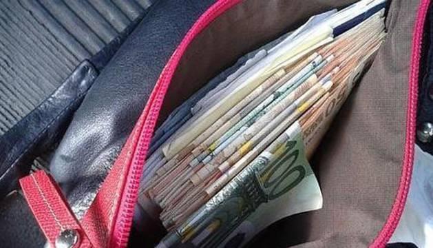 Un bolso lleno de dinero