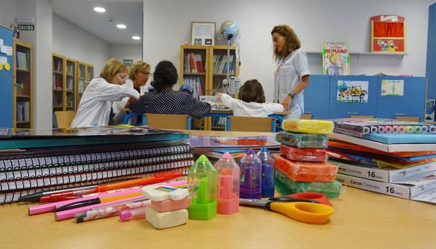 Las profesoras Maite Esparza y Begoña Barbarin con la jefa de la Unidad de Enfermería de Hospitalización Pediátrica, Marga Aranda.