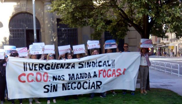 Los trabajadores frente a la sede de CC OO en Pamplona