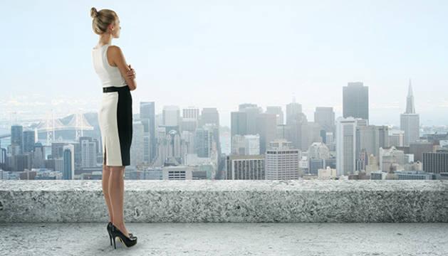 Una mujer, en un edificio de oficinas.
