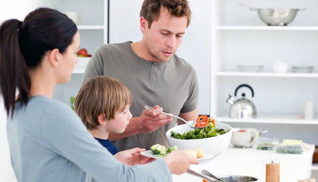 Una familia prepara la comida.