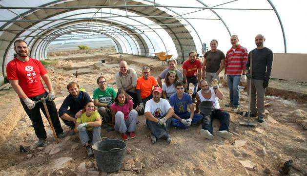 Los integrantes del Taller de Arqueología de Ablitas posan sobre los restos de la villa romana de la localidad ribera.