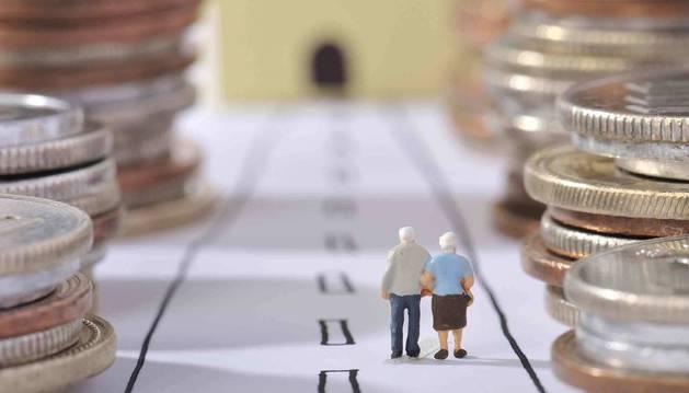 Foto de una pareja de la tercera edad paseando entre monedas
