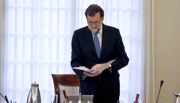 El presidente del Gobierno, Mariano Rajoy, preside esta tarde dos reuniones del Consejo de Ministros, una de ellas extraordinaria, para aprobar la aplicación de las medidas acordadas para Cataluña en virtud del artículo 155 de la Constitución.