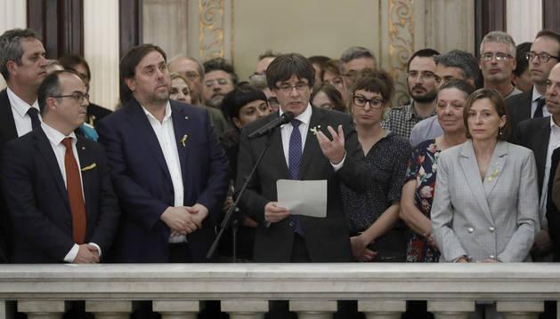 El presidente de la Generalitat, Carles Puigdemont (c) junto al vicepresidente del Govern y conseller de Economía, Oriol Junqueras y la presidenta del Parlament, Carme Forcadel