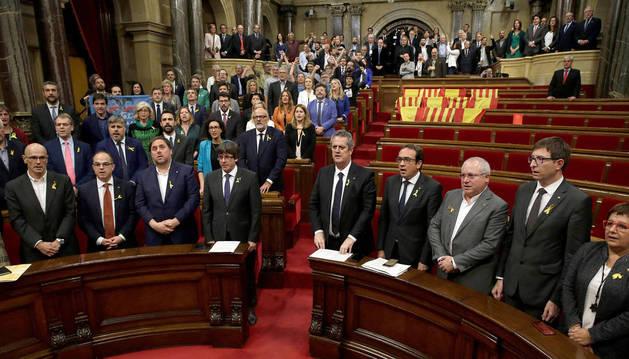 El pleno del Parlament, sin los grupos del PPC, PSC y C's, entonan el himno catalán tras aprobar la declaración de independencia.