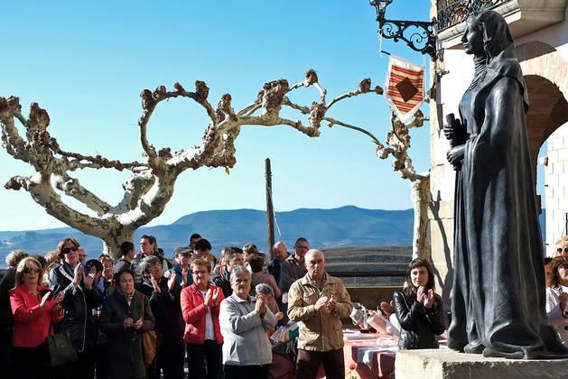 Imagen de la inauguración en Aibar de la estatua de doña Sancha.